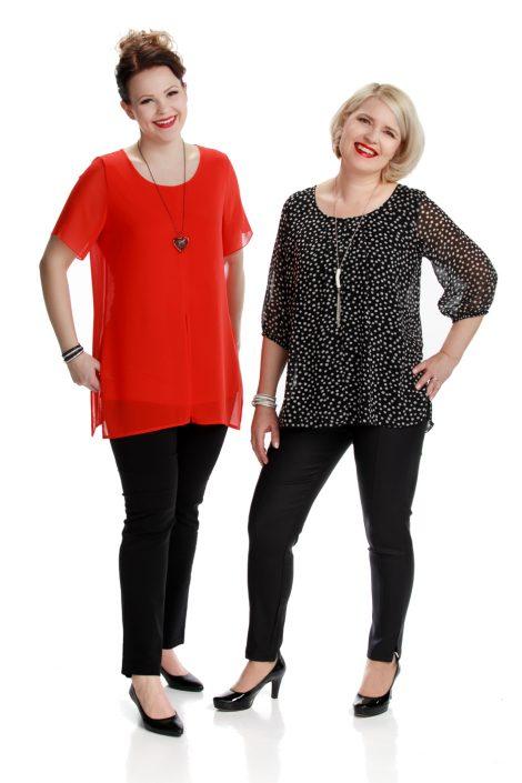 Malleilla yläosana punainen sifonkinen tunika ja musta kuviollinen sifonkinen tunika.